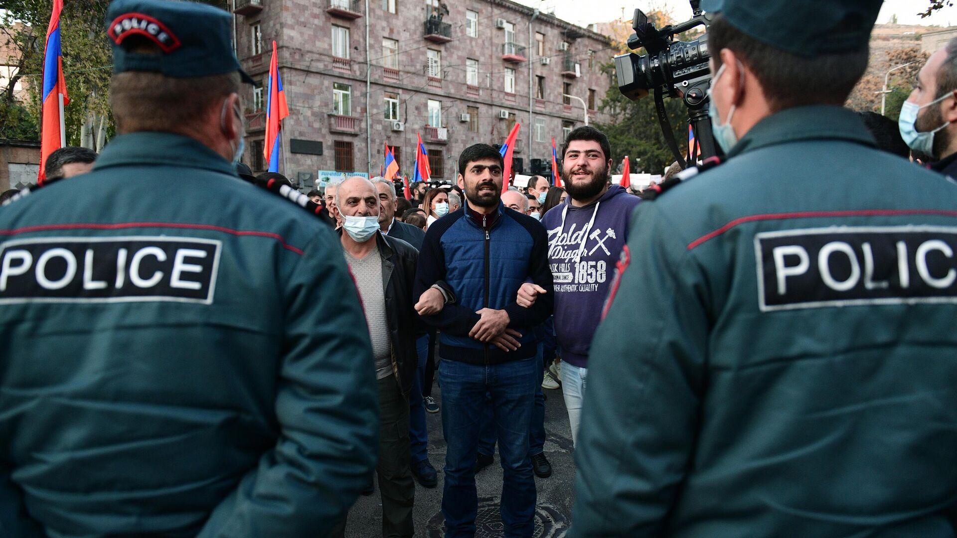 Сотрудники правоохранительных органов и участники митинга в Ереване - РИА Новости, 1920, 13.11.2020
