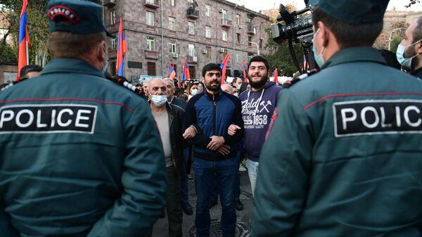 Сотрудники правоохранительных органов и участники митинга в Ереване