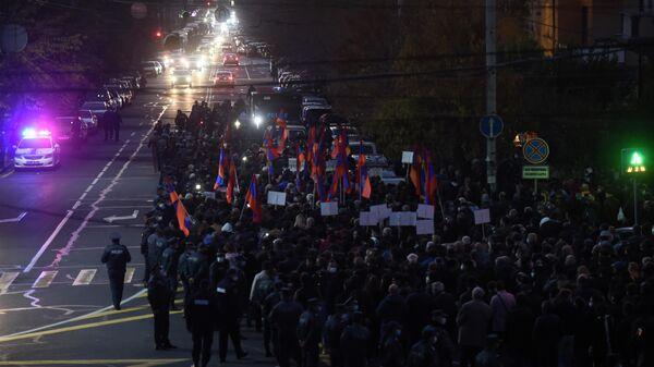 Шествие участников митинга оппозиции к зданию Службы национальной безопасности Армении в Ереване
