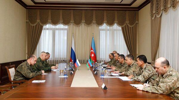 Командующим российскими миротворческими силами в Карабахе Рустам Мурадов и министр обороны Азербайджана Закир Гасанов во время встречи в Баку