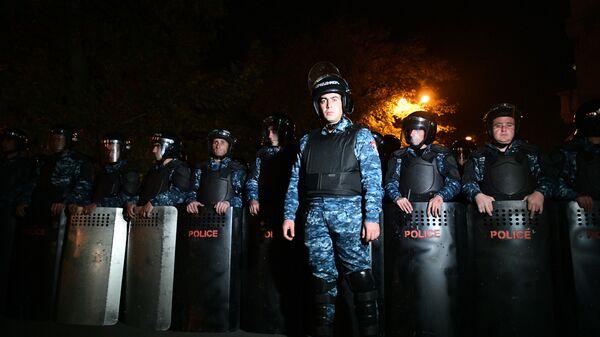 Сотрудники правоохранительных органов во время митинга оппозиции в Ереване
