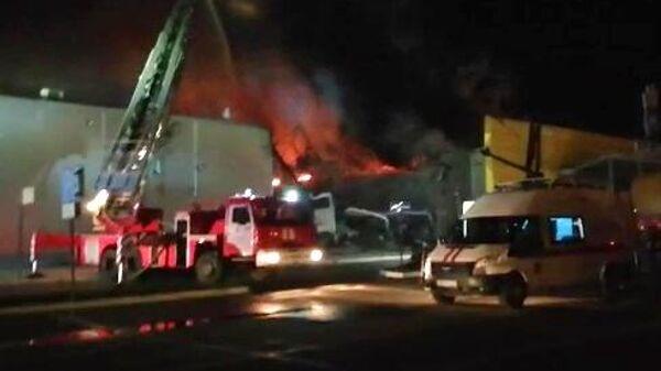 Пожарные тушат здание торгового центра М5 Молл в Рязани