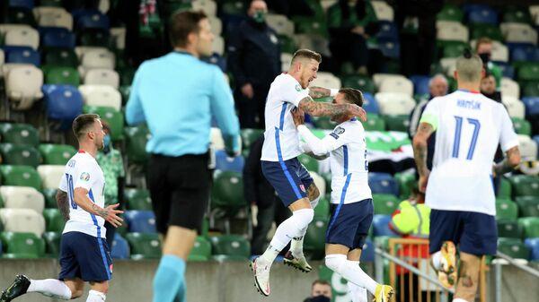 Футболисты сборной Словакии радуются забитому мячу
