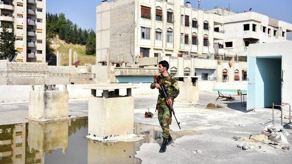 Военнослужащий на одной из улиц города Дамаска