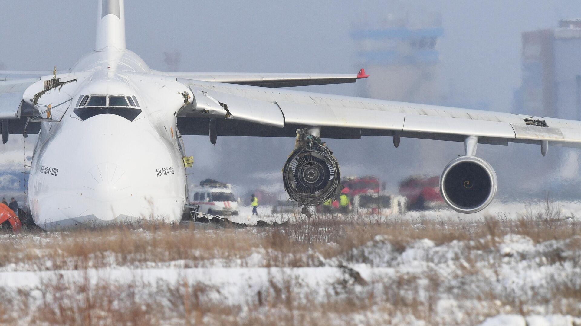 Самолет Ан-124 авиакомпании Волга-Днепр произвел вынужденную посадку из-за проблем с двигателем в новосибирском международном аэропорту Толмачево - РИА Новости, 1920, 13.11.2020