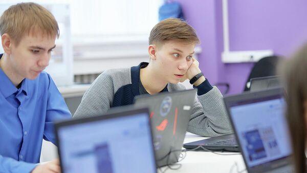 Школьники во время работы за компьютером