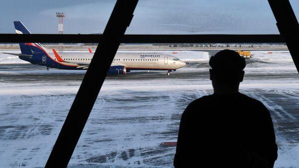 Пассажир в международном аэропорту Толмачёво в Новосибирске
