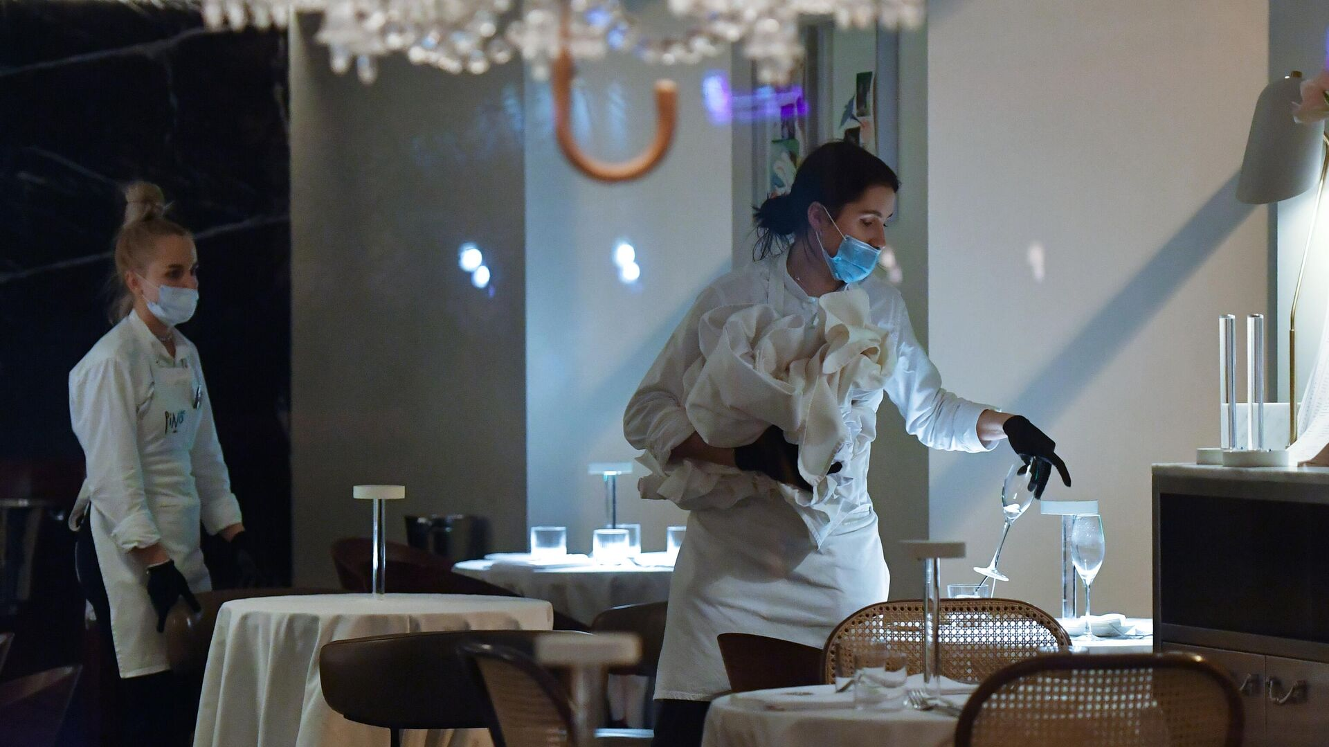 Официантки в закрытом ресторане на одной из улиц в Москве - РИА Новости, 1920, 06.07.2021