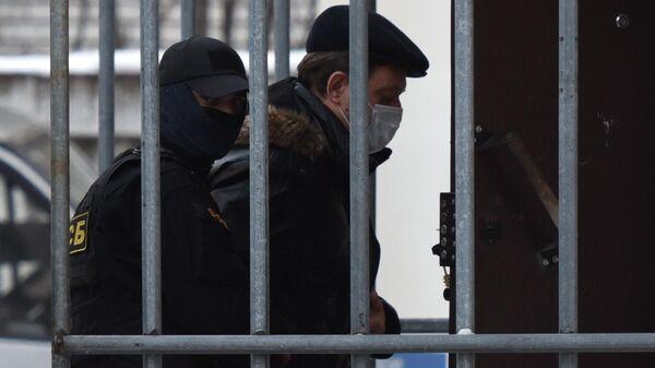 Экс-мэр Иван Кляйн, подозреваемый в превышении должностных полномочий, заходит в здание Кировского районного суда