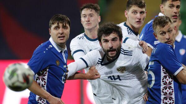 Защитник сборной России по футболу Георгий Джикия (в центре)