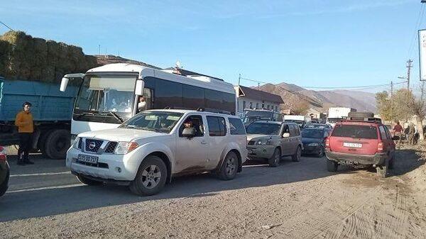 Очередь из уезжающих в Армению с территории Карабаха
