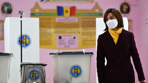 Кандидат в президенты, экс-премьер, лидер партии Действие и солидарность Майя Санду голосует во время второго тура на выборах президента Молдавии