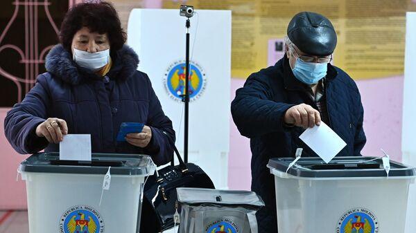 Избиратели голосуют во время второго тура на выборах президента Молдавии