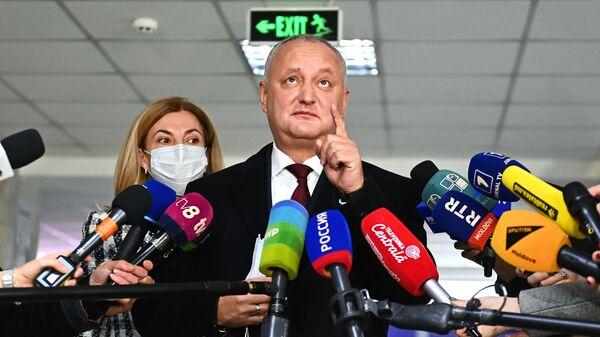 Баллотирующийся на второй срок президент Игорь Додон и его супруга Галина общаются с журналистами во время второго тура на выборах президента Молдавии на избирательном участке в Кишиневе