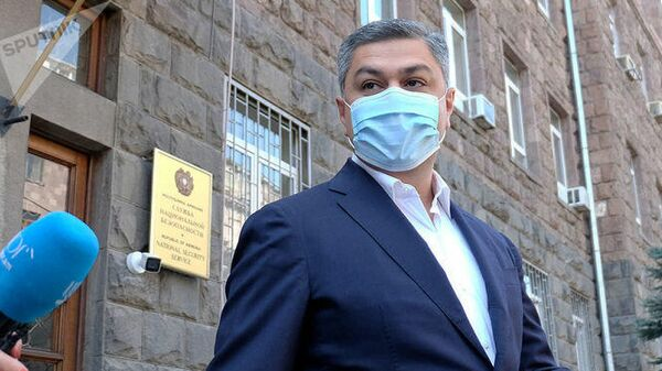 Председатель партии Отечество Артур Ванецян выходит из здания СНБ Армении