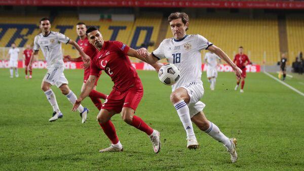 Защитник сборной России Юрий Жирков (справа) и защитник сборной Турции Зеки Челик