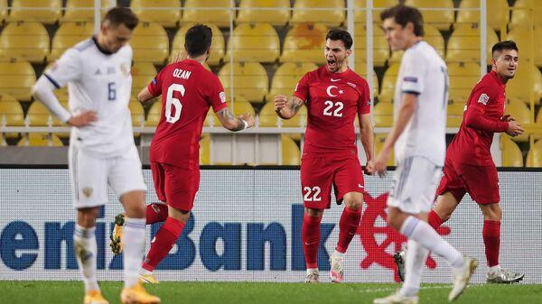 Футболисты сборной Турции Озан Туфан, Каан Айхан и Дженгиз Юндер (слева направо на дальнем плане)