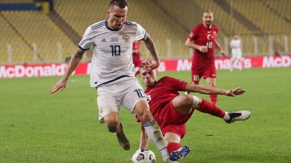 Нападающий сборной России Антон Заболотный (слева) и защитник сборной Турции Мерих Демирал