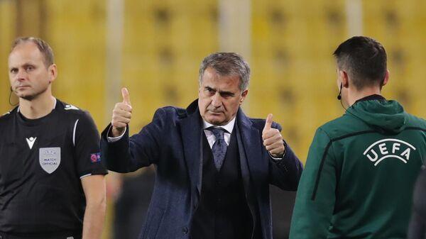 Главный тренер сборной Турции Шенол Гюнеш (в центре)