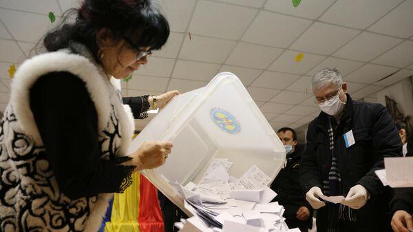 Члены избирательной комиссии во время подсчета голосов по итогам выборов президента Молдавии