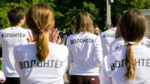 Волонтеры в парке во время фестиваля