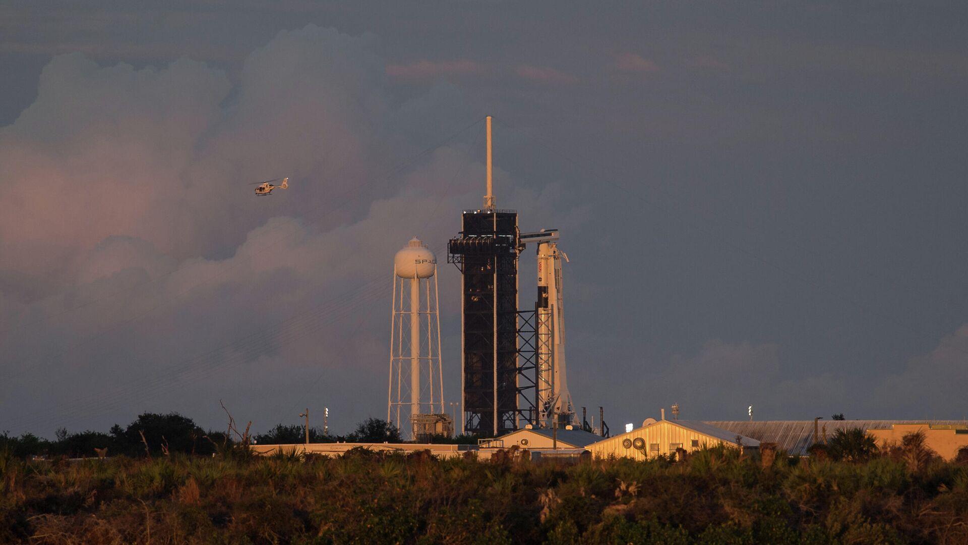 Подготовка к запуску к МКС ракеты Falcon 9 с кораблем Crew Dragon на космодроме Космического центра им. Дж. Ф. Кеннеди - РИА Новости, 1920, 09.12.2020