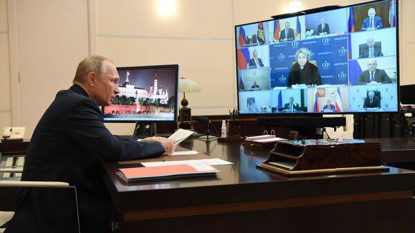 Президент РФ Владимир Путин проводит оперативное совещание в режиме видеоконференции
