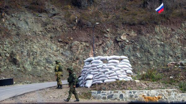 Российские миротворцы у монастыря Дадиванк в Нагорном Карабахе