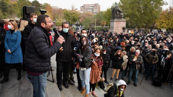 Бывший депутат, член партии АРФ Дашнакцутюн Гегам Манукян выступает на митинге оппозиции на Площади Свободы в Ереване