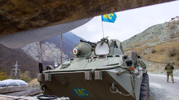 Колонна российских миротворцев направляется к монастырю Дадиванк в Нагорном Карабахе
