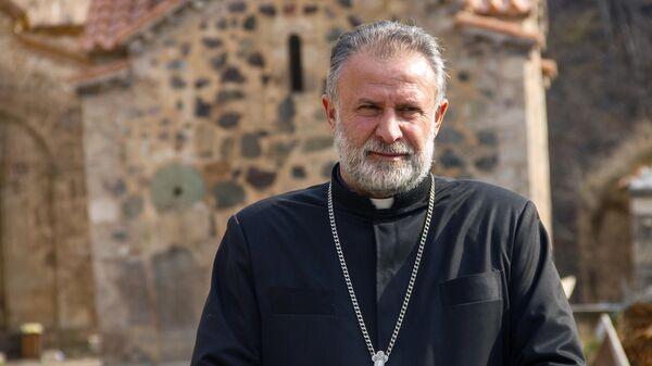 Настоятель монастыря, духовный пастор Карвачарского района иерей Ованнес Ованнисян на территории монастырского комплекса Дадиванк в Нагорном Карабахе