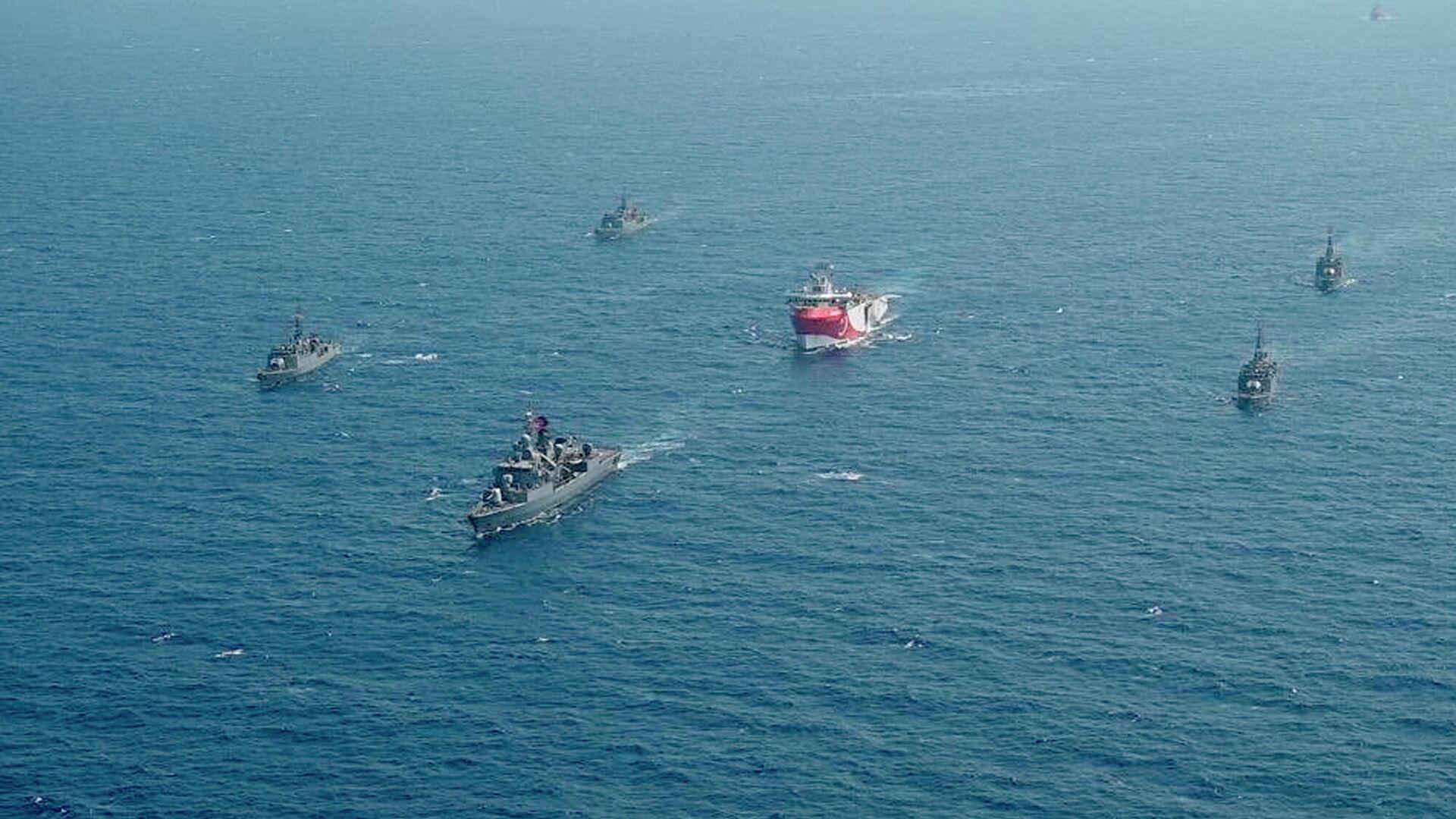 Турецкое исследовательское судно Oruc Reis, окруженное кораблями турецких военно-морских сил - РИА Новости, 1920, 21.11.2020
