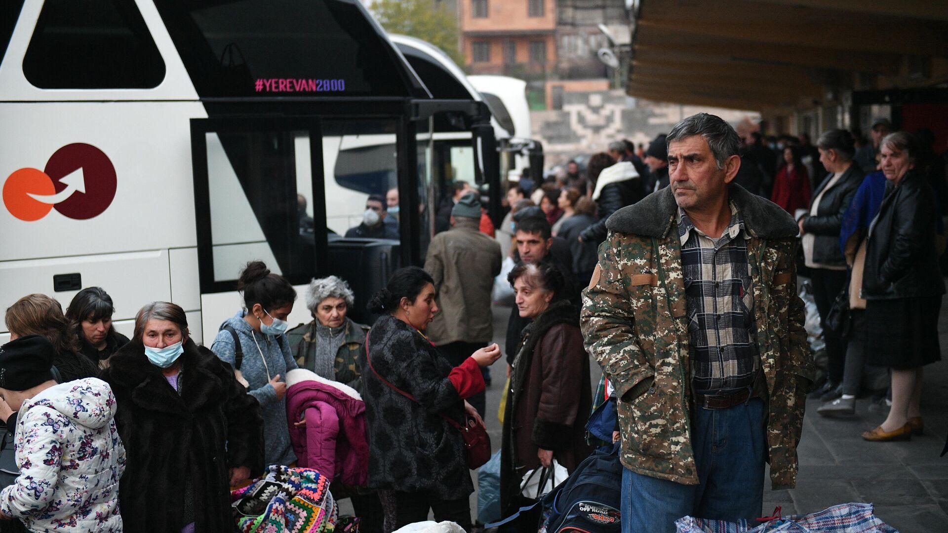 Беженцы из Нагорного Карабаха перед отправкой из Еревана домой в Степанакерт - РИА Новости, 1920, 18.11.2020