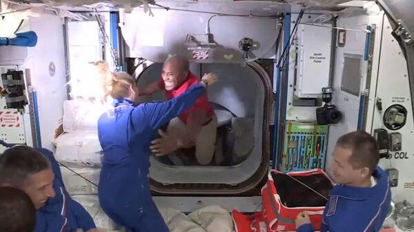 Экипаж Crew Dragon перешел на борт МКС. Кадр трансляции