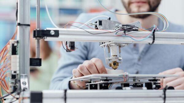 Инженер во время работы с 3D принтером