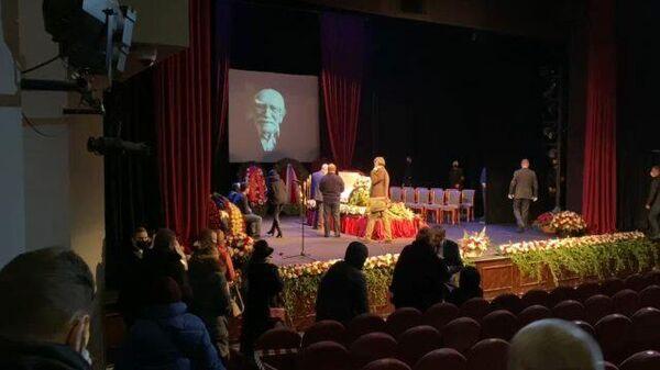 Кадры церемонии прощания с Арменом Джигарханяном в Москве
