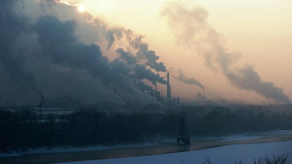 Трубы коксохимического завода ПАО Кокс на левом берегу реки Томь в городе Кемерово