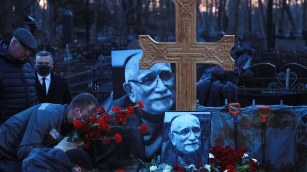 Могила актера театра и кино, народного артиста СССР Армена Джигарханяна на Ваганьковском кладбище в Москве