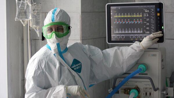 Медицинский работник в отделении интенсивной терапии ковид-госпиталя в Новоалтайске