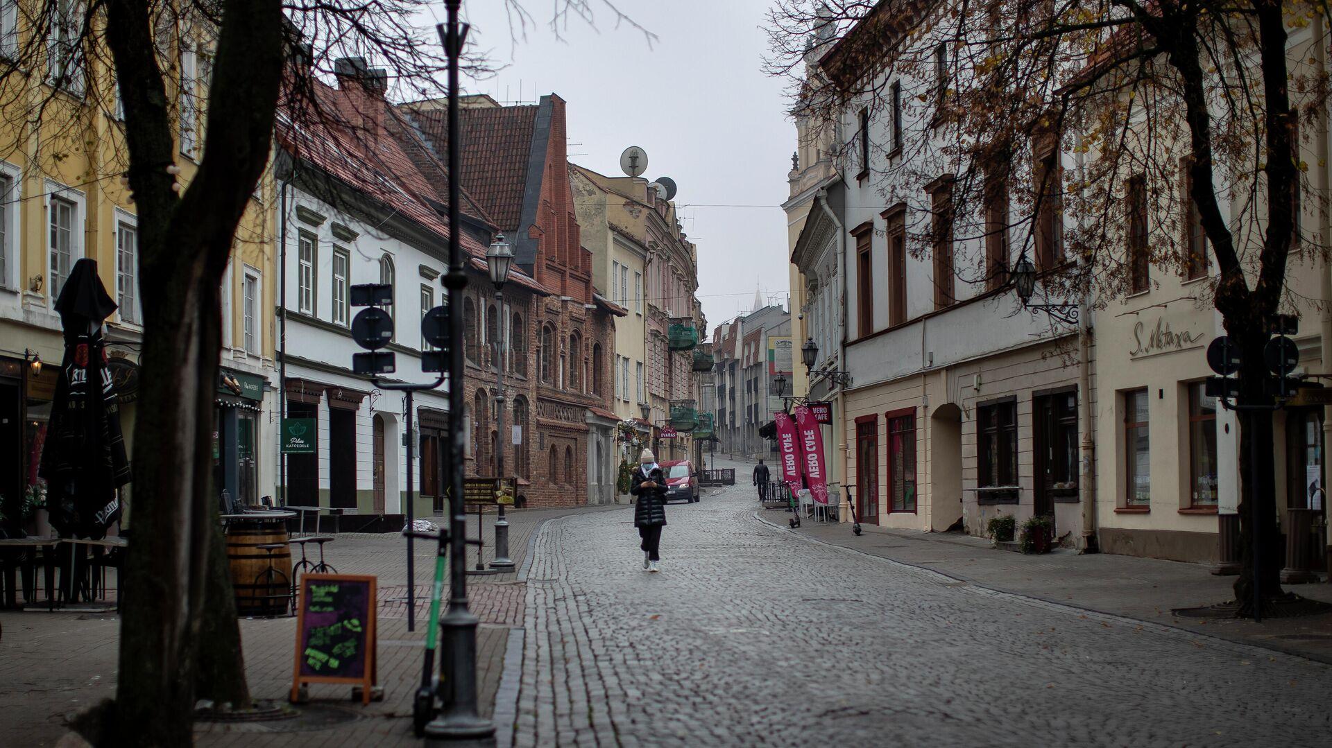 Местный житель в маске гуляет по пустому Старому городу в Вильнюсе - РИА Новости, 1920, 03.01.2021