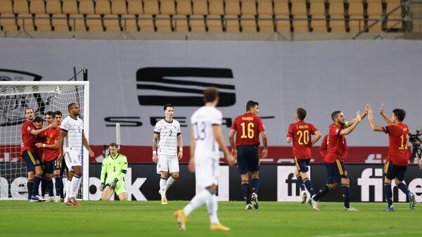 Футболисты сборной Испании празднуют гол