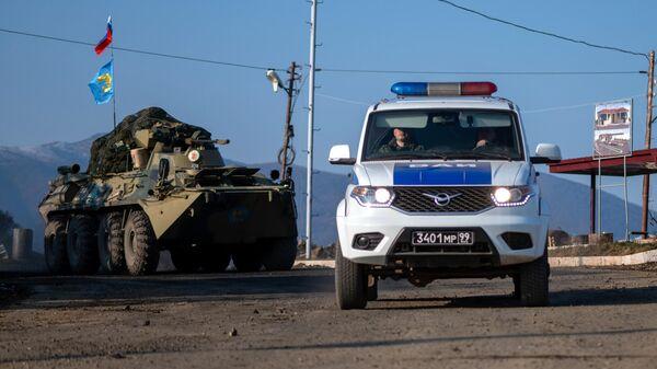 Военная техника российских миротворческих сил на участке дороги Лачинского коридора