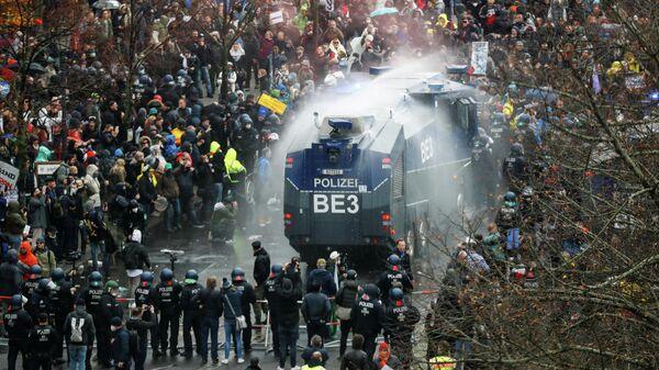 Разгон протестующих возле здания бундестага в Берлине