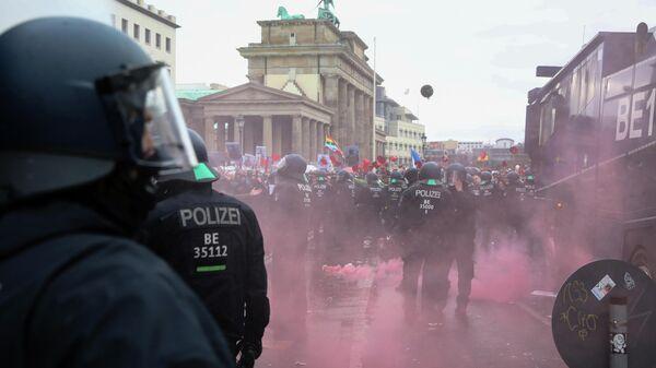 Разгон протестующих возле здания Рейхстага в Берлине