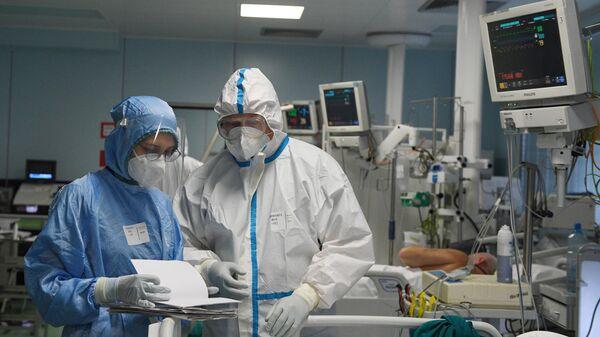 Медицинские работники и пациент в отделении интенсивной терапии ковид-госпиталя