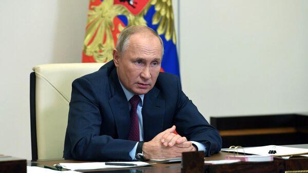 Президент РФ Владимир Путин проводит совещание с членами правительства РФ в режиме видеоконференции