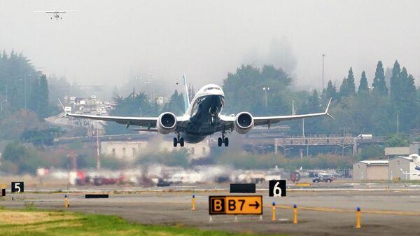 Самолет Boeing 737 MAX во время тестового полета в Boeing Field в Сиэтле
