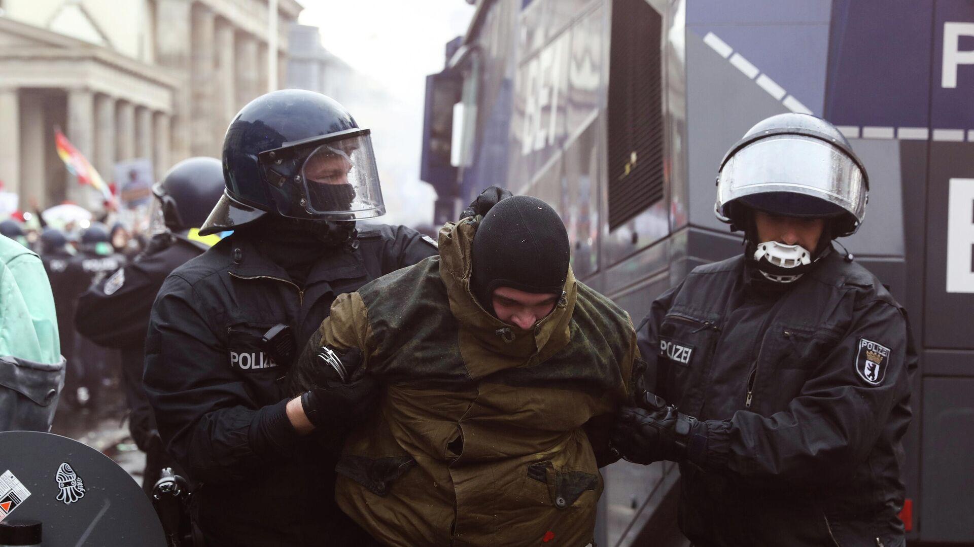Полицейские задерживают участника протестов в Берлине - РИА Новости, 1920, 18.11.2020