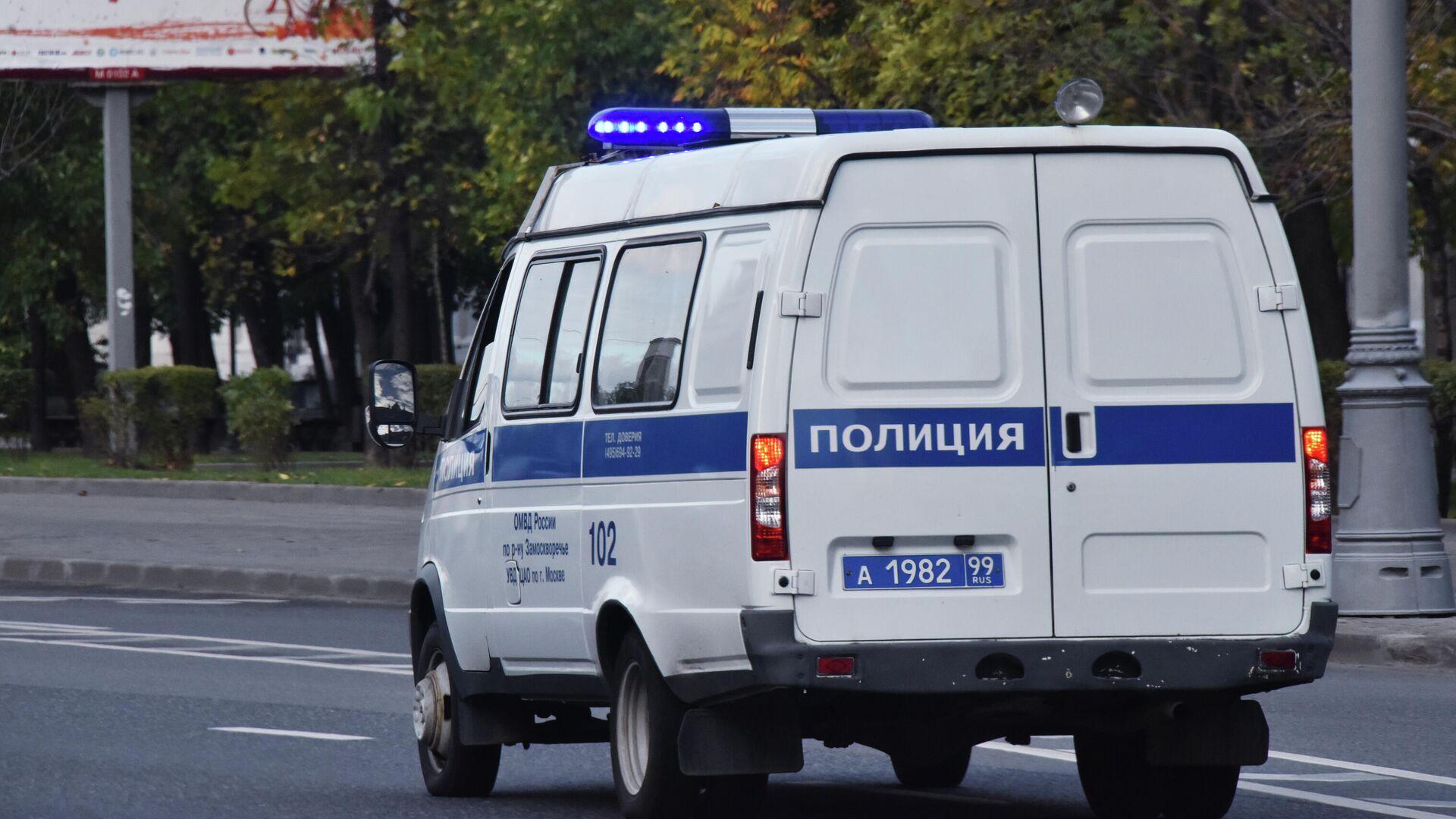 Автомобиль полиции едет по дороге - РИА Новости, 1920, 13.09.2021