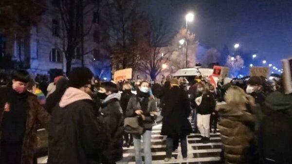 Противники ужесточения законодательства об абортах вышли на улицы Варшавы